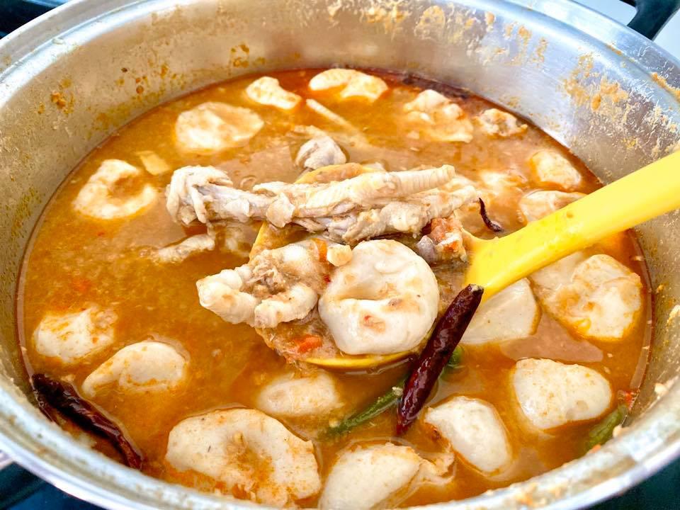 ขนมจีนน้ำยาป่า ตีนไก่เปื่อยๆ ลูกชิ้นปลา
